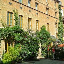 Der sonnige Innenhof des Hotel Fabrik